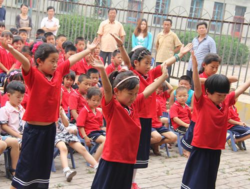边庄幼儿园的孩子表演节目